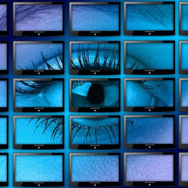 Nahaufnahme eines Auges auf vielen Monitoren