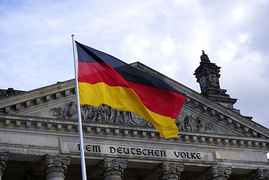 Deutschlandfahne vor dem Bundestag